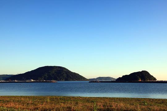 唐津の海岸線に広がる島々の風景