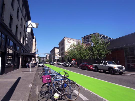 自転車置き場とカラー舗装