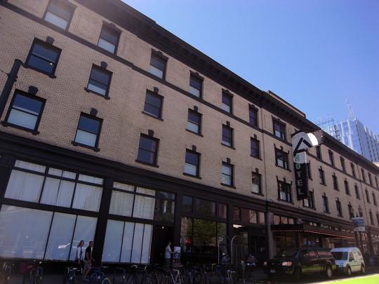 ACE HOTEL外観。1FにはCLYDE COMMONやSTAMPTOWN COFFEEなどの人気店が入居。