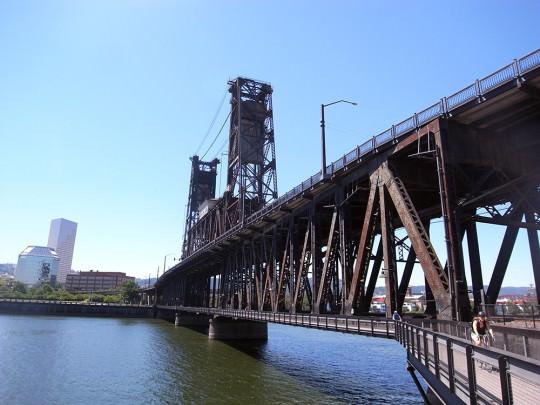 Steel Bridgeの下には歩行者専用道が整備されている。