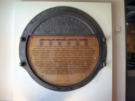 ナチュラルキャピタルセンターの玄関に設置された看板