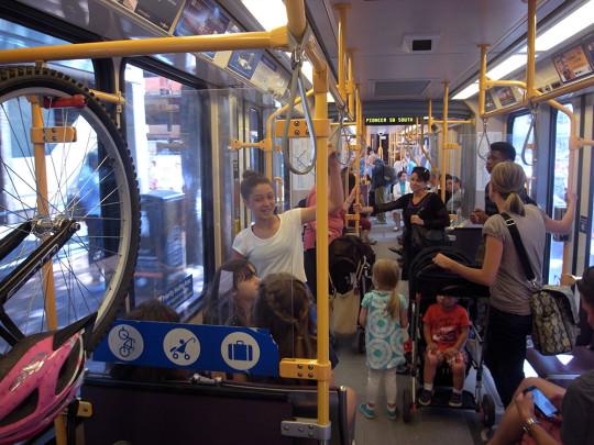 Streetcarはベビーカーや自転車が載せられる。