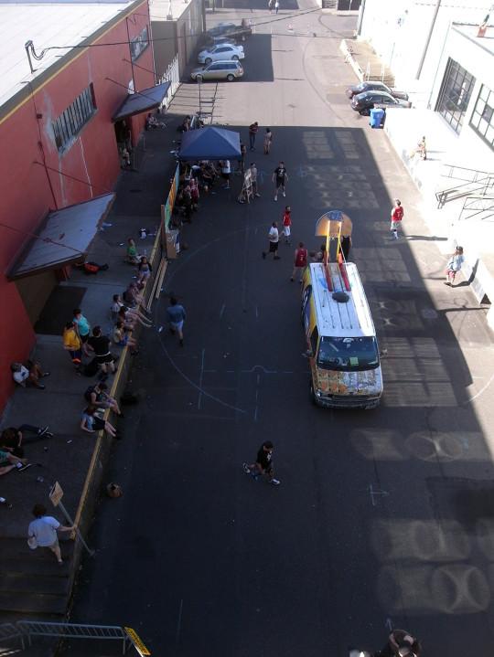 倉庫街ではバスケットボールが行われていた。
