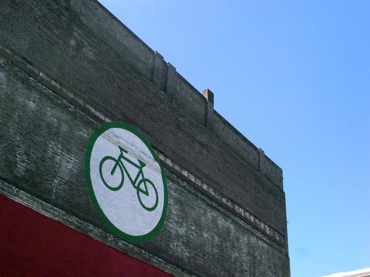 建物壁面にペイントされた自転車屋のサイン