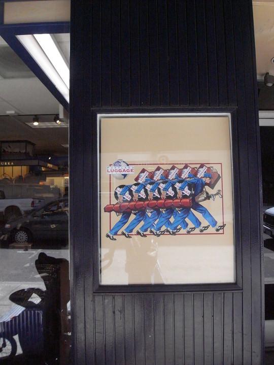 鞄屋さんのディスプレイに飾られたレトロなポスター