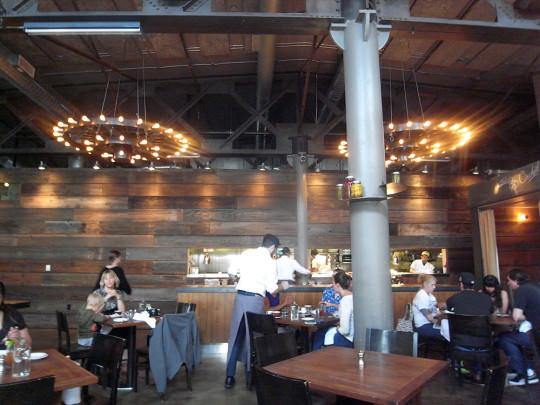 倉庫をリノベーションしたレストラン