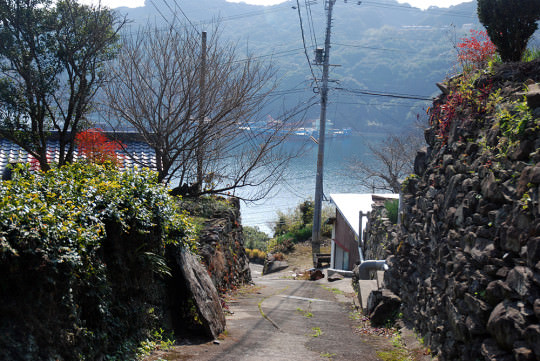 石垣の続く集落からの眺め