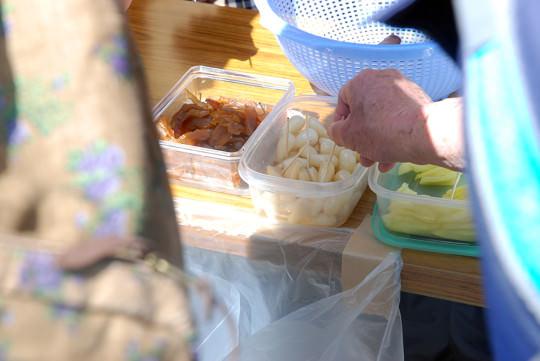 六大寺の休憩所では、地元の特産品の振る舞い