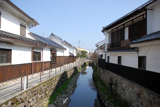 伝建地区内を流れる川