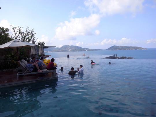 リゾートホテルならではの絶景プール