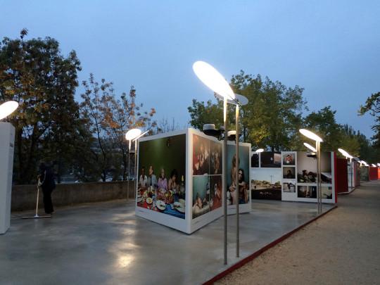 セーヌ川で開催される写真展
