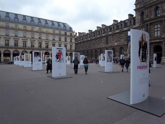 ルーブル美術館前の広場で見かけた屋外美術展
