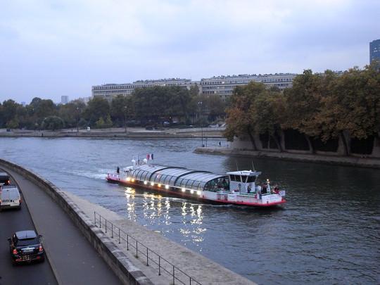 セーヌ川と遊覧船。
