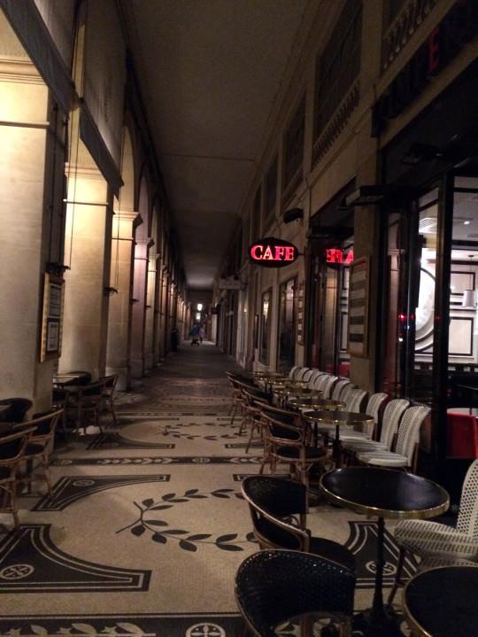 美しい回廊とカフェ
