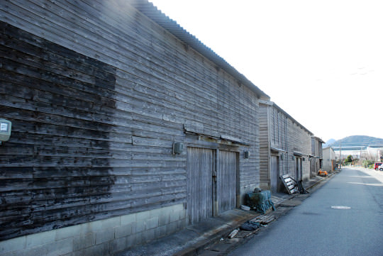 港にある木造倉庫