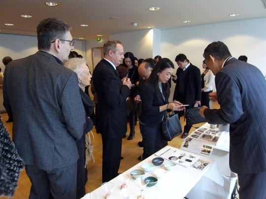 日本文化会館PRイベント/唐津焼を購入する地元シェフも