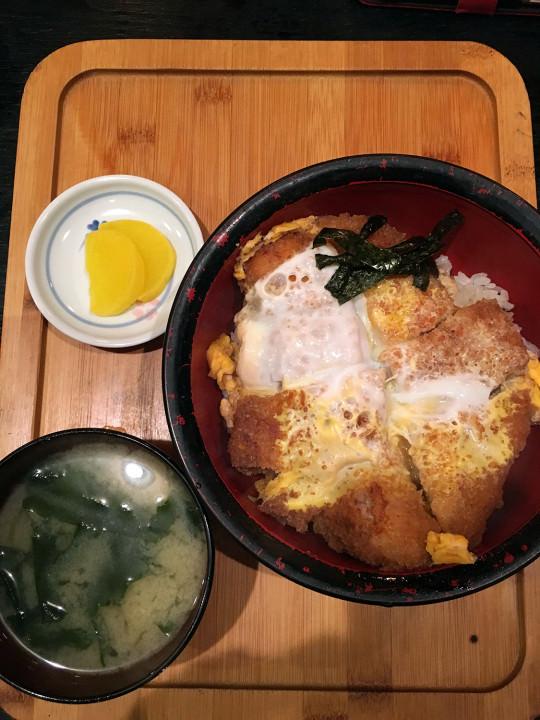 弘前には飲んだ後にカツ丼でしめるという習慣があるらしい。